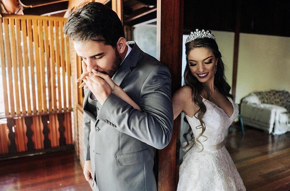 Noivo e noiva fazem pose