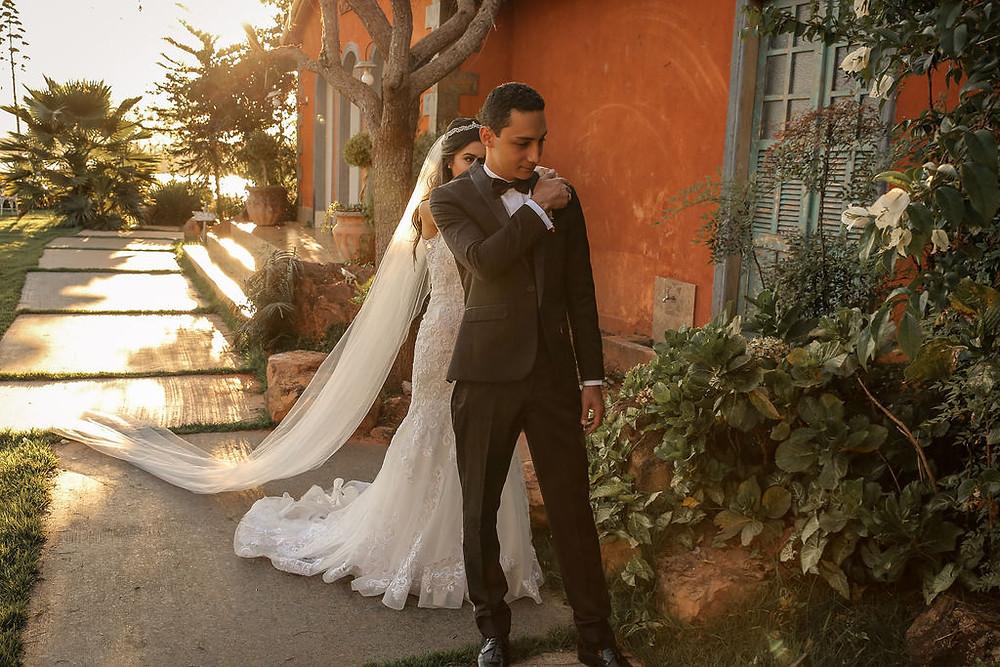 Noiva e noivo caminhando