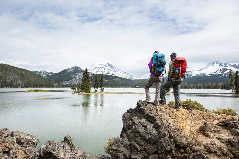Backpackers debout sur un belvédère