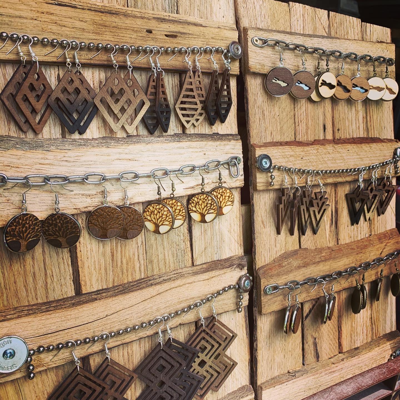 Ketten mit Metallanhänger und Upcycling Holz