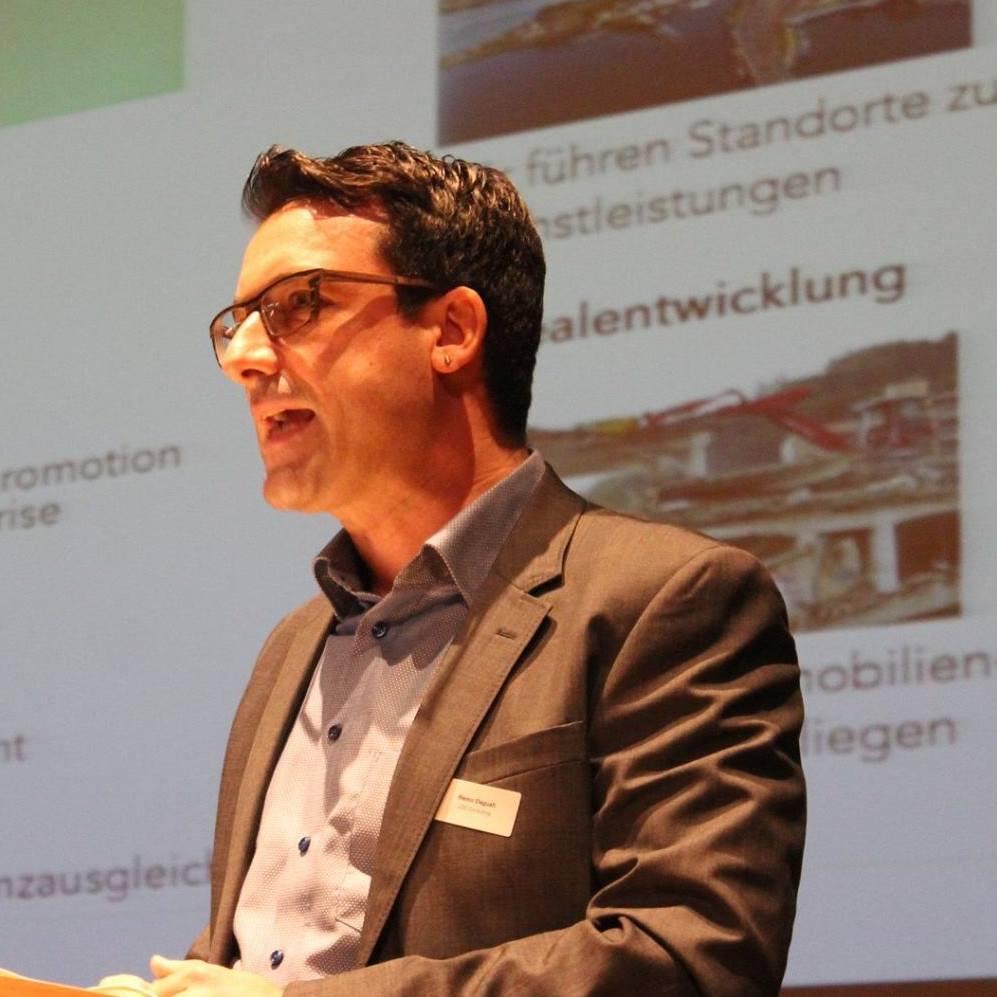 Remo Daguati, Inhaber LOC Consulting, bei seinem Referat im Mythenforum Schwyz