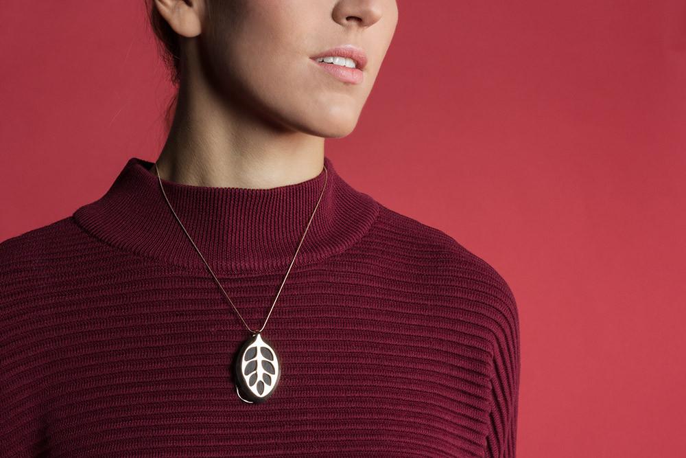 Prikaz fotografije proizvoda ogrlice na ženskom modelu.