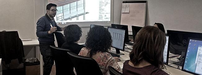 Implantación y consultoría BIM ; Hoy día ya nadie es indiferente al mundo BIM: la consolidación del software y las futuras reformas legales al respecto empujan cada vez más profesionales a adaptarse a la metodología y a abrazar todas las ventajas que les pueda ofrecer en sus campos específicos.   La consultoría BIM, y la implantación de la metodología en ingenierías, oficinas y despachos es uno de nuestros servicios más veteranos, apoyando a empresas de todo tipo y tamaño a incorporar o migrar tecnología, formar equipos y en general acompañar a nuestros clientes en cualquier iniciativa relativa al BIM por la que decidan apostar.