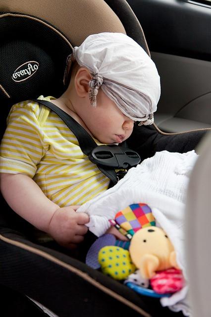 seggiolino auto con bimbo che dorme