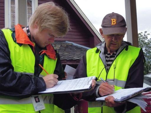 Oppmåling: Her er det Svein Egil Fatnes og besiktigelsesleder Thomas Kallevik som kontrollerer at de har kommet fram til samme resultat