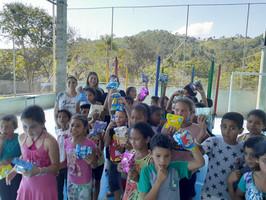 Entrega de Kits com doces para as crianças