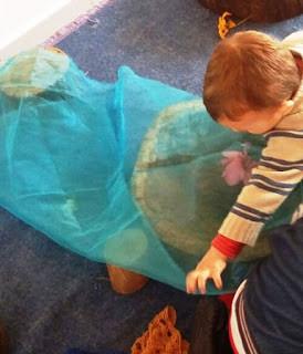 Crianças, tecidos e texturas:  um mundo de invenção e imaginação