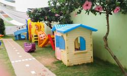 Escola_Galileo_Kids_Londrina_amplo_parque_gramado_e_arborizado,_com_brinquedos_modulares_seguros_e_p