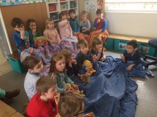 De kleuters doen mee met de pyjamadag van Bednet
