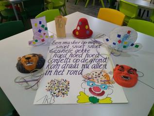 De poëzieweek werd afgesloten met een heus gedichtenparcours. Ouders en kinderen genoten van de prac