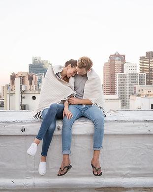Para przytulanie na dachu