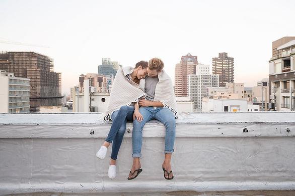 Paare in der Rooftop Cuddling