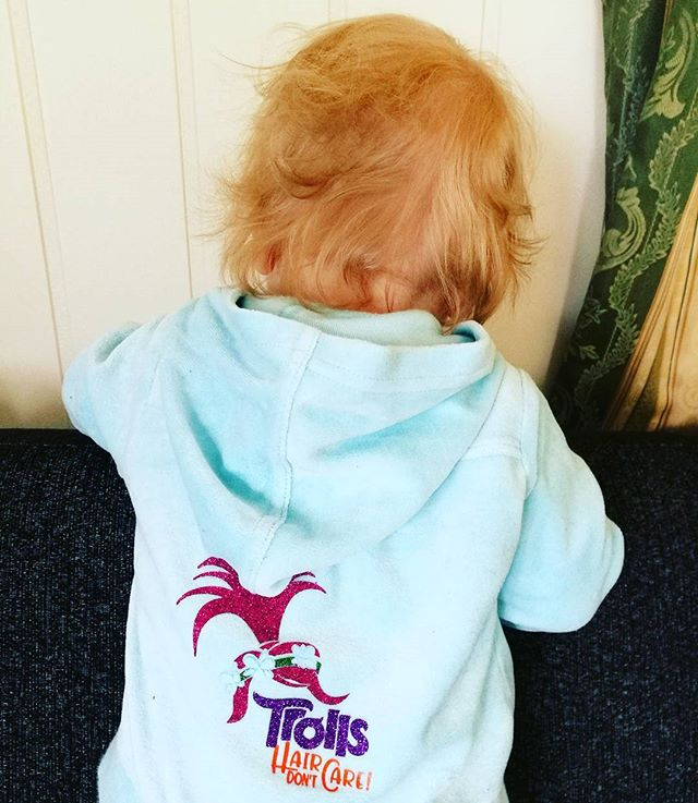 Trollungen vår #trolls #hair #dontcare #fun #design #birildesign #kosedress #toddler #jacket #lykket