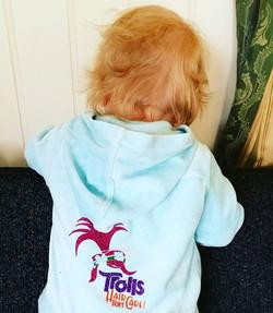 Trollungen vår #trolls #hair #dontcare #fun #design #birildesign #kosedress #toddler #jacket #lykket