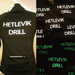 Vi har trykket nye uniformer til drillpikene i Hetlevik Drill, de fikk æren av å teste vår selvlysen