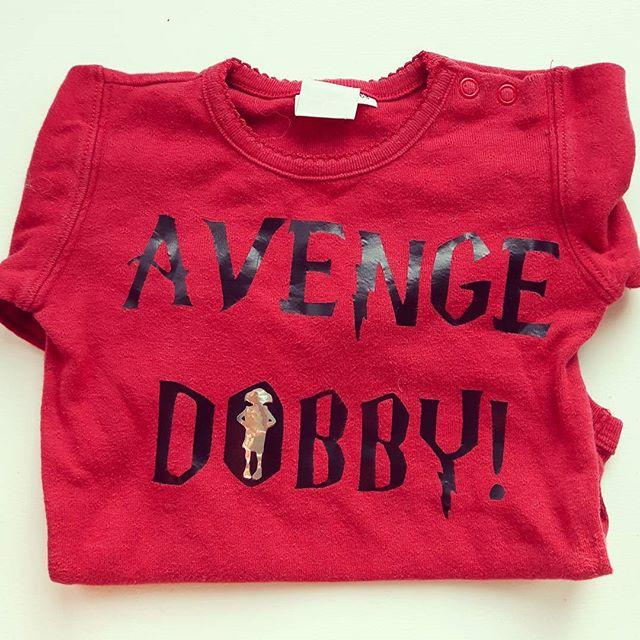 Her i huset er vi #harrypotter #fans #avengedobby #onesies #babybody #babyklær #BirilDesign #heimela