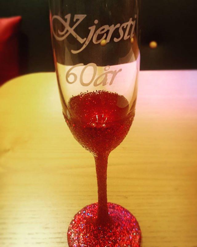 Jubileumsglass #60 #jubileum #birildesign #jubilee #sixty #birthday #bursdag #runddag #glitter #red