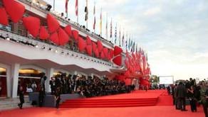 Sul tappeto rosso del Lido: 46enne approda al Festival