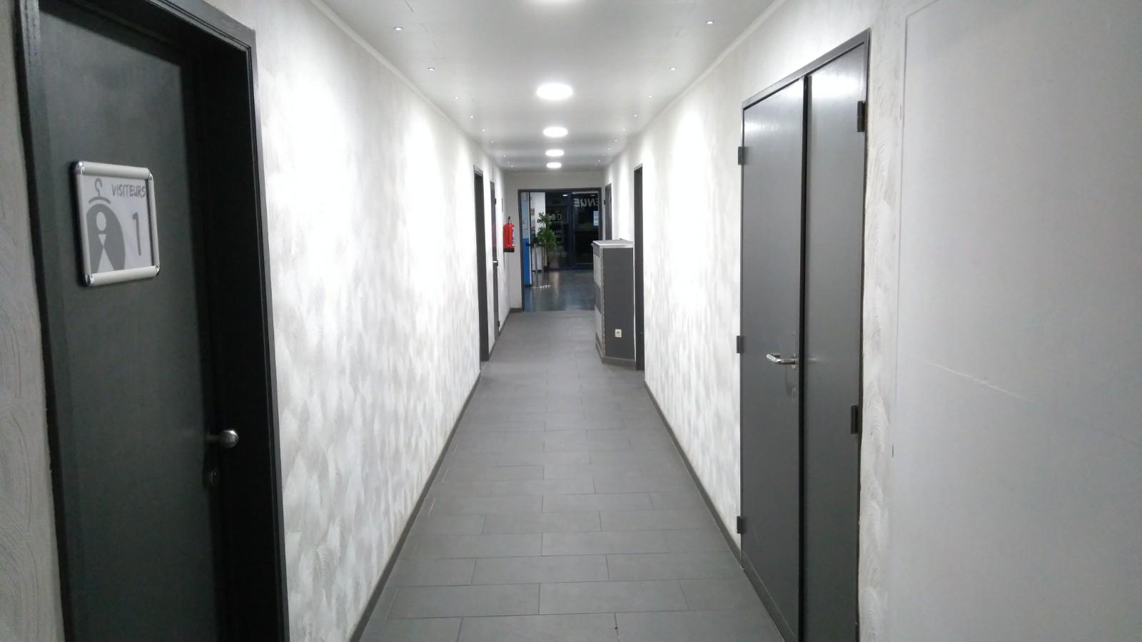 Couloir vestiaires hall