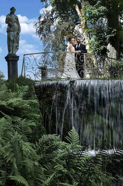 Mariés près d'une chute d'eau