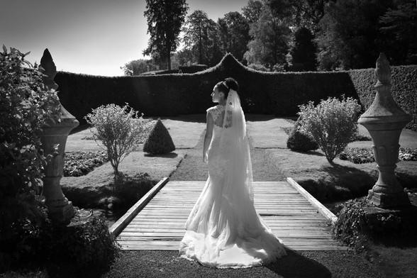 Photo de mariage, une mariée dans les jardins d'Annevoie.