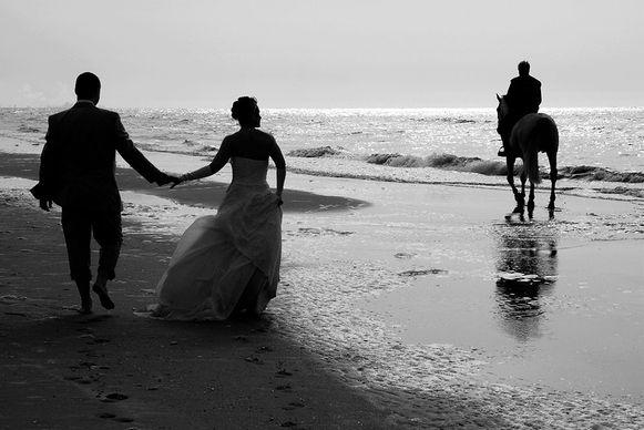 Photo de mariage, ballade des mariés sur la plage