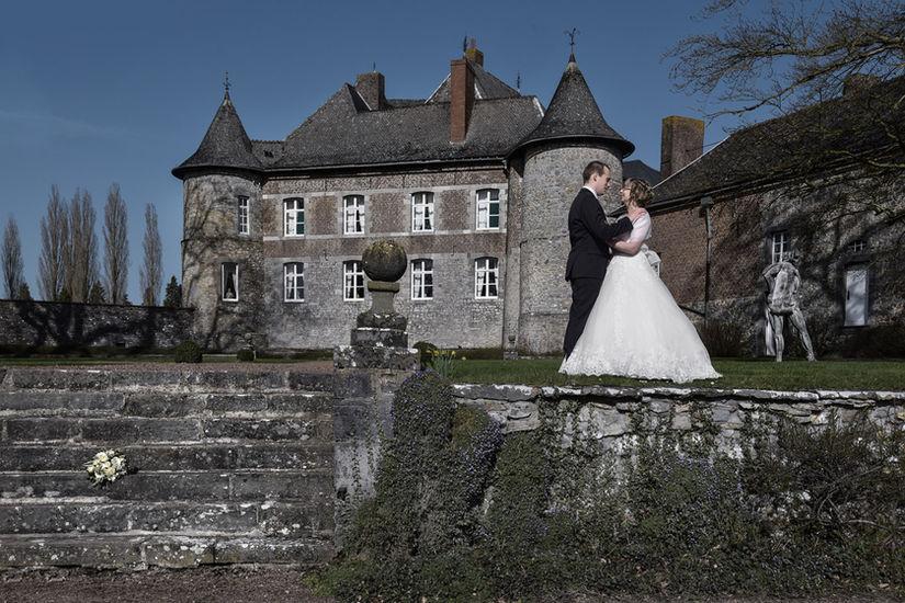 Séance photo de mariage devant un château