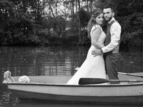 Photo de mariage, couple dans une barque.