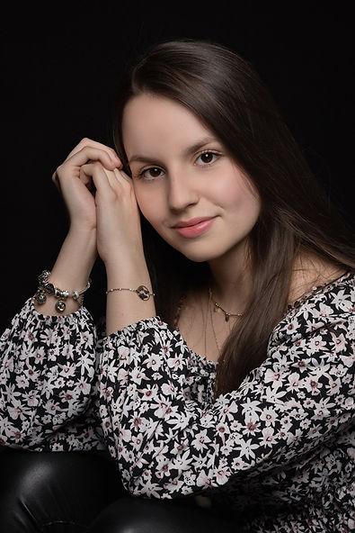 Portrait jeune fille en studio photo