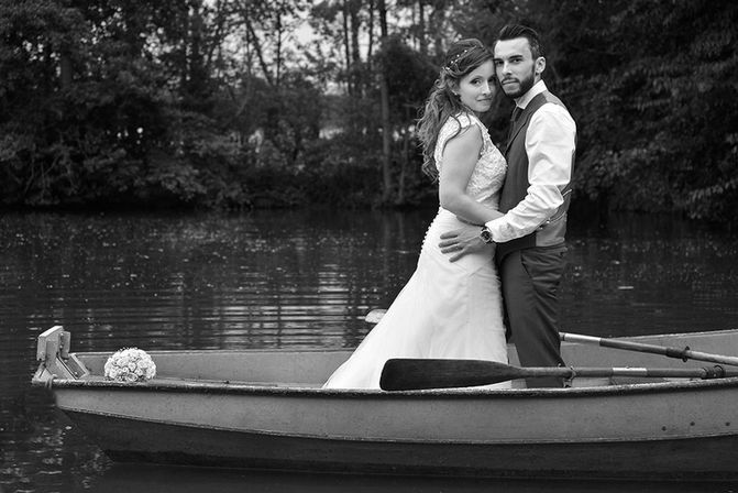Un couple en barque, photographe mariage Vincent Andreoli.
