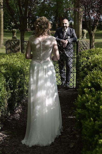 Portrait de mariage dans un parc