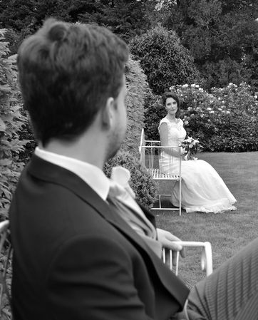 Couple de mariés assis sur un banc