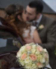 Bouquet et bisou des mariés