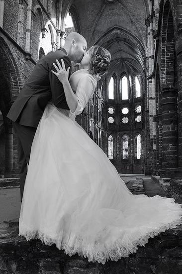 Le baiser des mariés dans l'abbaye de Villers