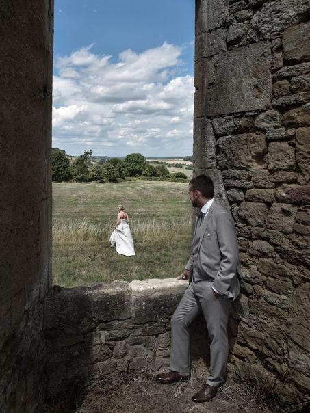 Photographie de mariage avec vue sur les champs