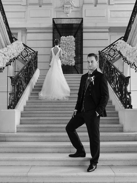 Pose des mariés dans les escaliers d'un château