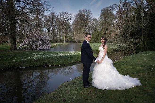Photo de mariage, parc et rivière.