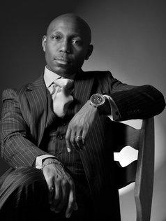 Photo noir et blanc studio homme assis