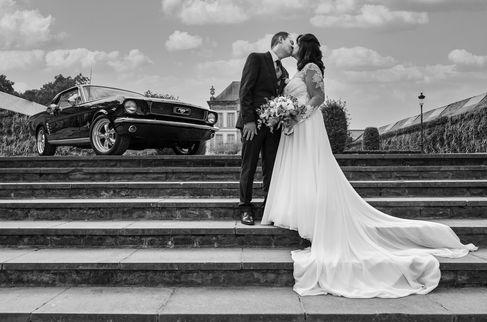 Couple de mariés et Ford Mustang