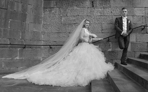 Mariés sur les marches d'une église