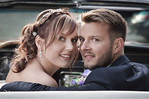 Couple de mariés dans une voiture