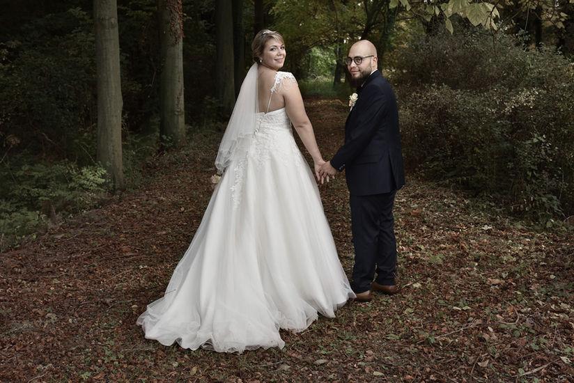 Photo de mariés en ballade dans la nature