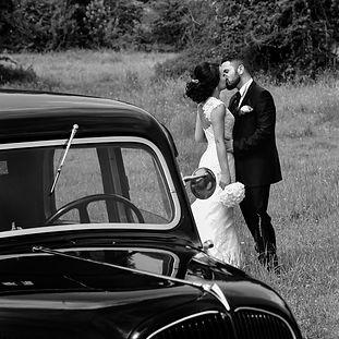Mariés dans une prairie