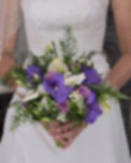 Bouquet sur robe de mariée