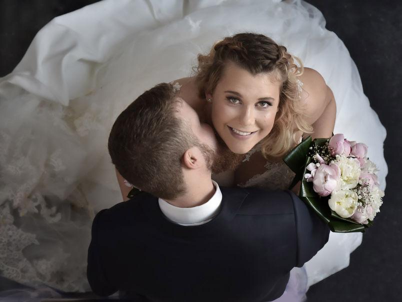 Vue en plongée d'un couple de mariés
