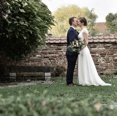 Couple de mariés durant la séance photo