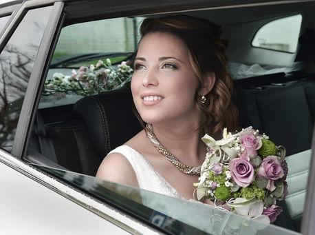 Portrait d'une mariée dans la voiture de cérémonie
