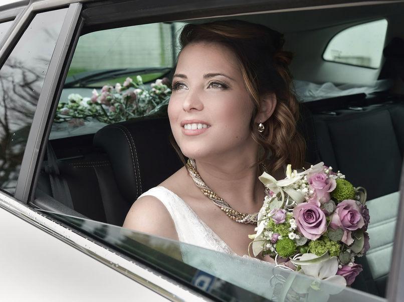 Mariée dans sa voiture avant les noces