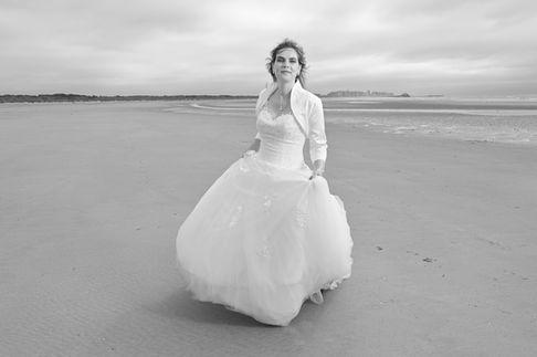 Séance photo d'une mariée sur une plage