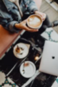 kaboompics_MacBook laptop, coffee and ca